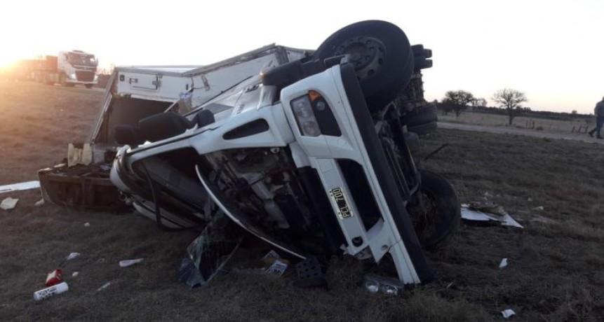Volcó un camión en Anguil y saquearon una carga millonaria