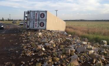 A falta de agua.....Volcó un camión con latas de cerveza y ....se llevaron algunas