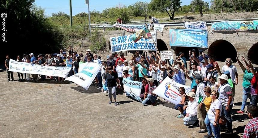 La caravana por el Atuel llegó a Algarrobo del Águila con un grito más vivo que nunca