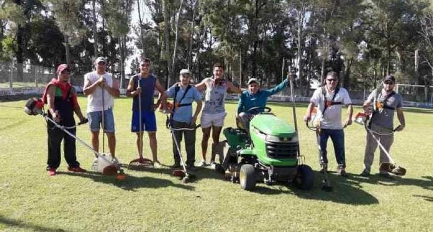 Futbolistas de primera cortan el pasto y mantienen su propio estadio
