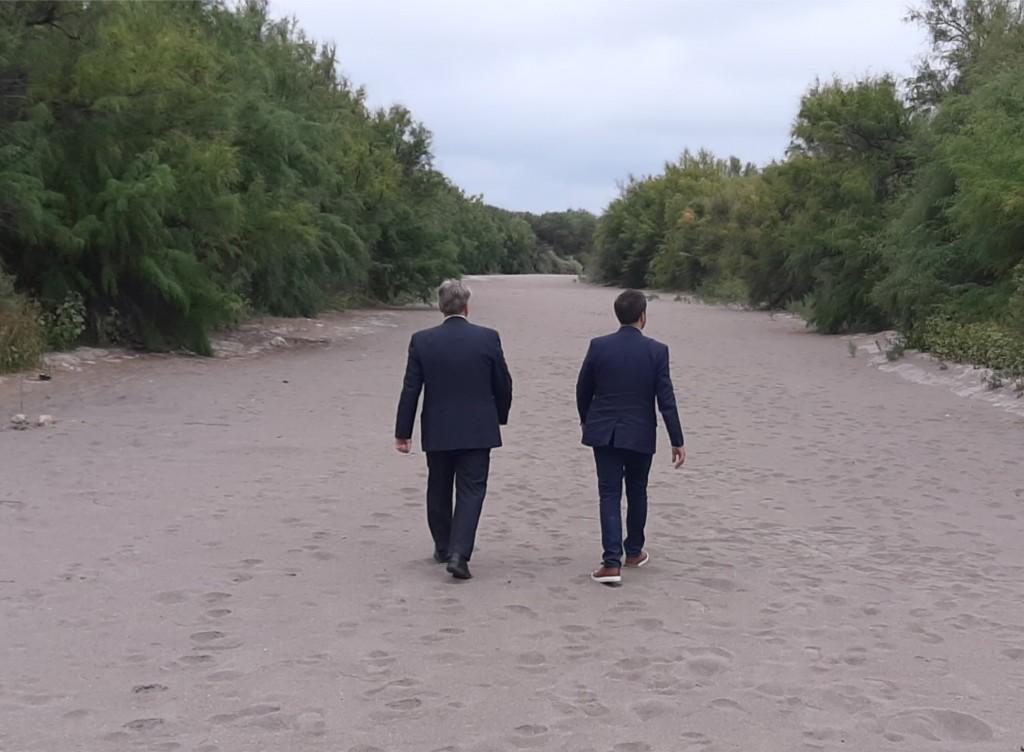 El Ministro Cabandié y el Gobernador Ziliotto caminaron por el cauce desértico del río Atuel