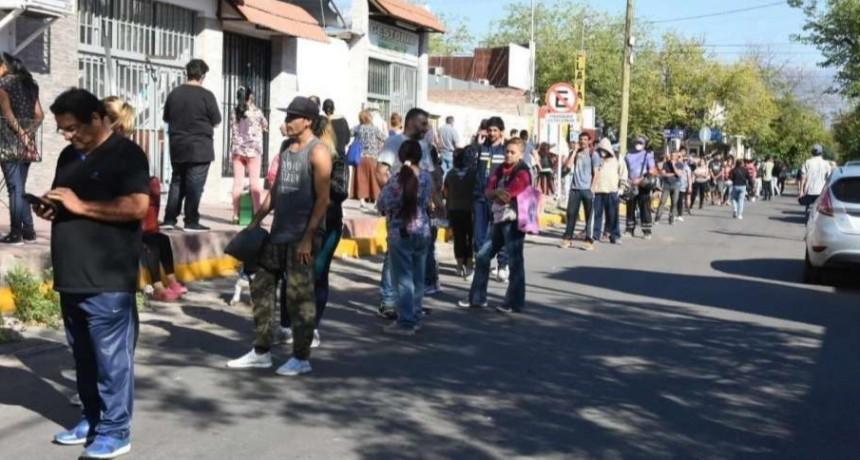 Confirman el primer fallecimiento por coronavirus en Mendoza , igual la gente violó la cuarentena realizando largas colas en los bancos