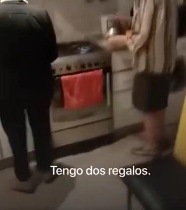 EL EMOTIVO MOMENTO EN QUE DOS ABUELAS SE ENTERAN DE QUE SERÁN VACUNADAS