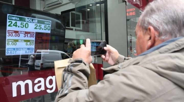 Fuerte devaluación: el Central ofrece dólares a $25