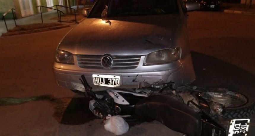 ACCIDENTE ENTRE AUTO Y MOTO, HAY LESIONADOS
