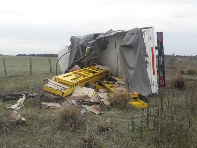 Vuelco en Ruta 55: Un bache originó este accidente