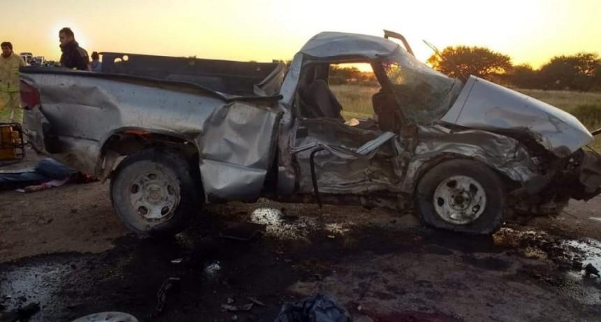 Murieron 4 adultos y 3 niños en un terrible accidente cerca de La Adela